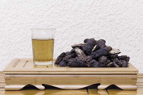 Sử dụng trái nhàu khô là một biện pháp tăng cường sức đề kháng cho người bệnh.